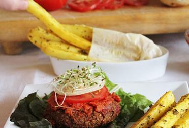 Вкусни бургери с картофки и кетчуп (вегетариански)